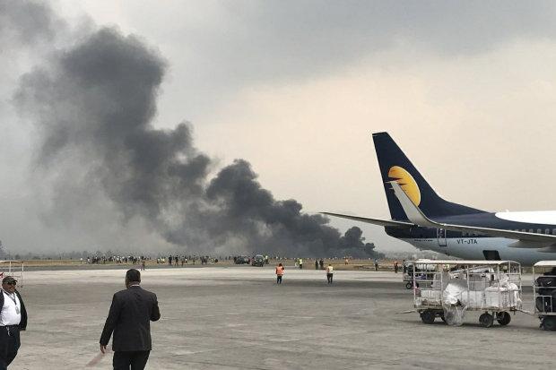 Літак упав на футбольне поле, десятки жертв, є загиблі