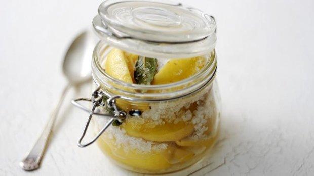 Цікава ідея для консервації: лимони з морською сіллю