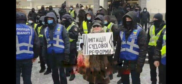 """Разъяренные украинцы под окнами у Зеленского набросились на судей: """"Имитируют!"""""""