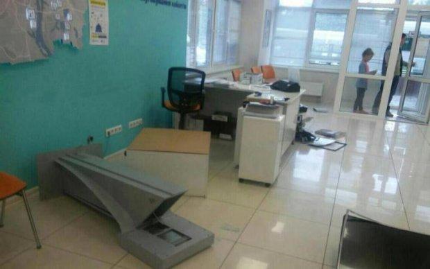 Терпение лопнуло: люди разгромили офисы Киевэнерго