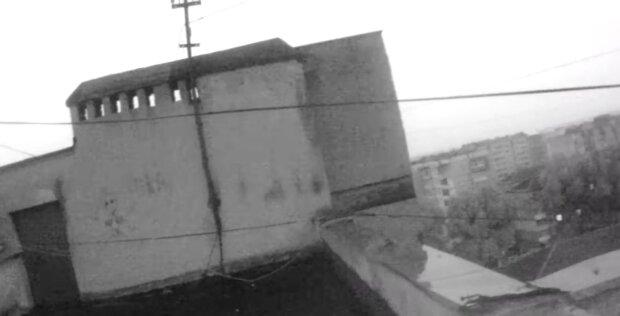 Во Франковске ребенок взобрался на крышу и оцепенел от ужаса - жуткая высота, бабушка вспомнила все молитвы