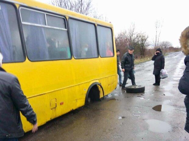 "У автобуса ""Червоноград-Хливчаны"" на ходу отлетело колесо, фото над Бугом"