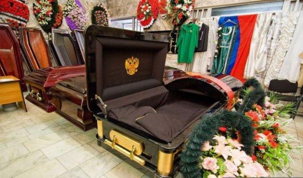 У Росії через борги пристави заарештували три труни і вінок