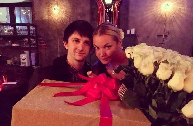 """Волочкова прикоснулась своим бокалом к тайному любовнику: """"Давайте радоваться"""""""