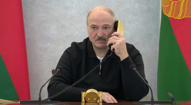 Олександр Лукашенко з телефоном, фото з вільних джерел