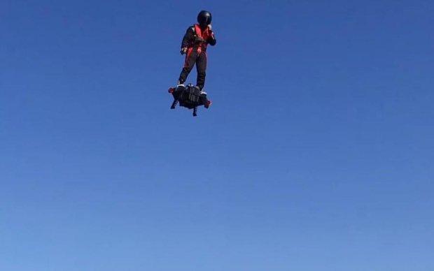 Людина підкорила небо на... дошці: в мережі показали вражаюче відео