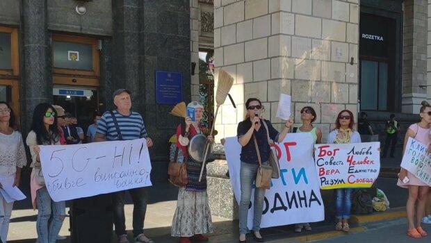 В Киеве бабка с метлой объявила войну 5G