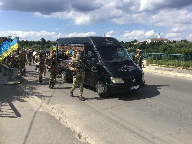Під Хмельницьким поховали загиблого на Донбасі героя - одружився і поїхав у смерть