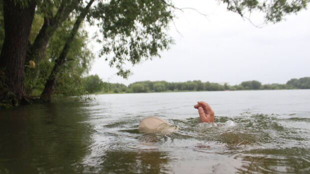 Ушел на дно на глазах у родственника: под Киевом спящий рыбак утонул вместе с авто