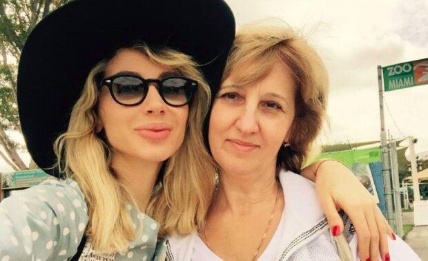 Лобода з мамою підкорили спекотний Дубай стильними образами: як дві краплі