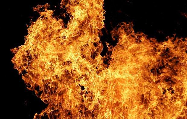 Масштабный пожар охватил завод под Одессой: пылают сотни квадратных метров