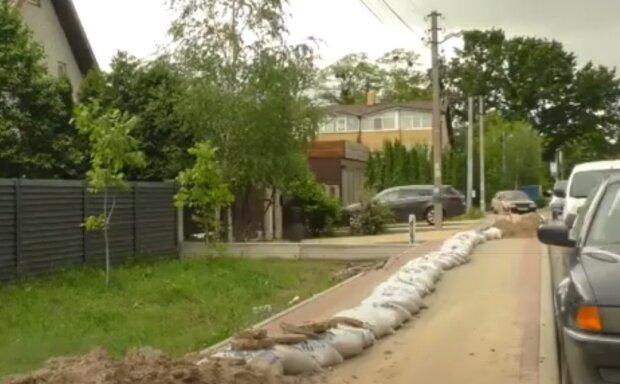 """У селі під Тернополем потекли """"ріки"""" - українці півроку благають комунальників зробити хоч щось"""