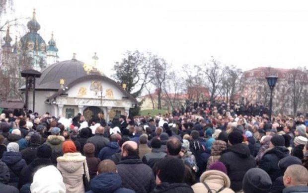 Украинцы яростно налетели на Десятинный монастырь в Киеве