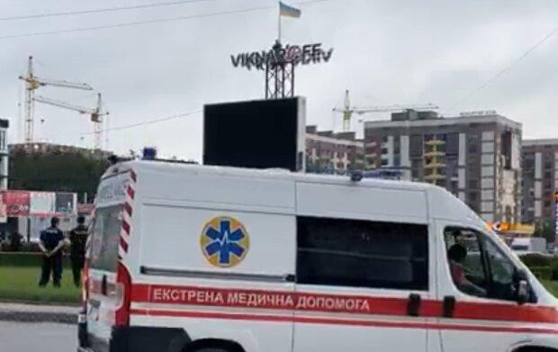 В Тернополе нервный мужчина взобрался на билборд с канистрой бензина и спичками