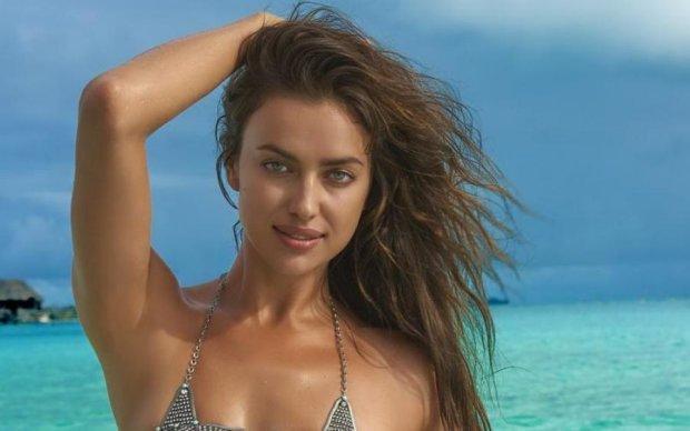 Жара: Ирина Шейк обнажила прелести и вивалялась в песке