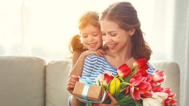 День матери: самые трогательные поздравления в стихах