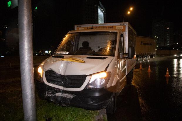 В Киеве грузовик с хлебом попал в жуткую аварию: развернуло на 360 градусов, кадры страшного ЧП