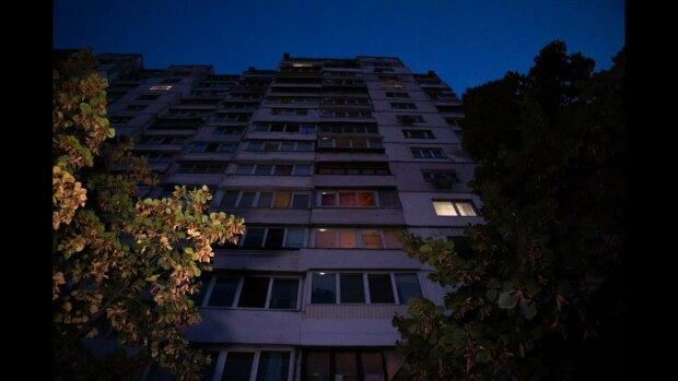 Ему бы еще жить и жить: в Киеве юноща упал с балкона 15-го этажа
