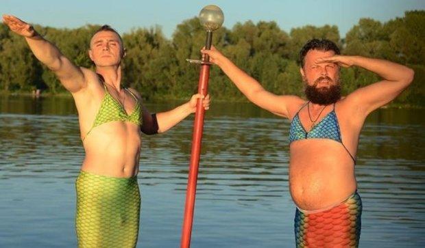 Прощай, лето: мужчины-русалки закрыли купальный сезон (фото)