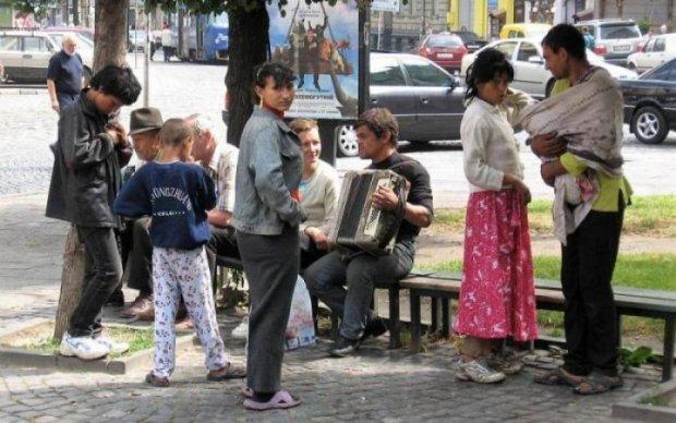Група диких ромів показала, хто в місті господар: відео