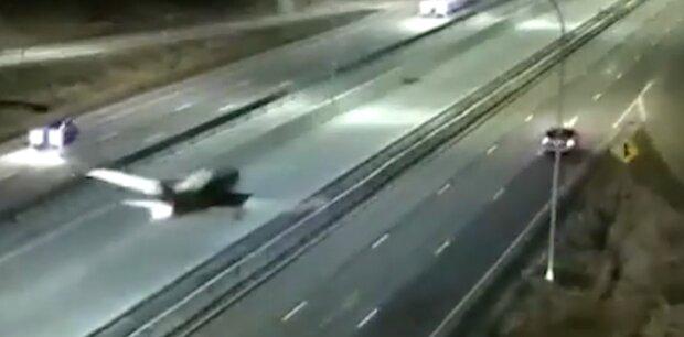 Самолет приземлился на трассу в США, скриншот с видео