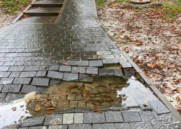 """У Львові нова пішохідна доріжка розсипалася після дощу: """"Садовий, все добре?"""""""