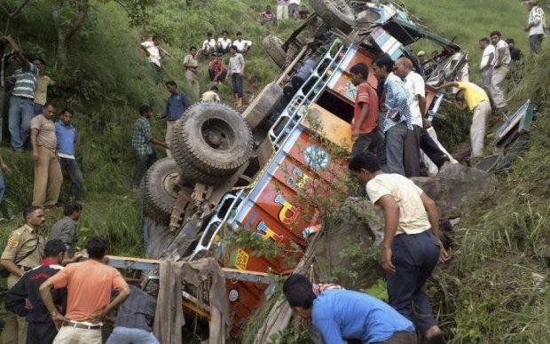 В Індії автобус зірвася у прірву: десятки загиблих