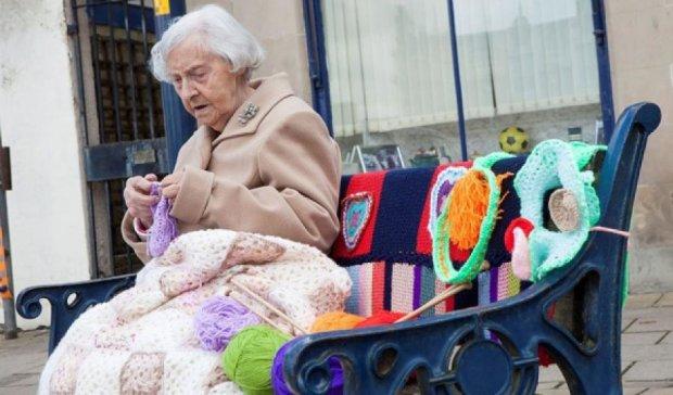 104-річна британка прикрасила місто в'язаними виробами (фото)