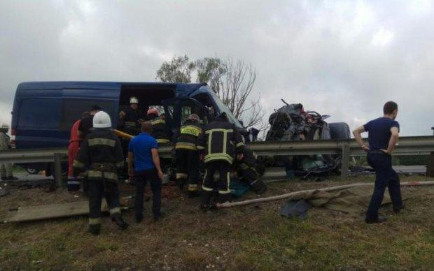 Автобус с туристами попал в смертельное ДТП: жуткие кадры