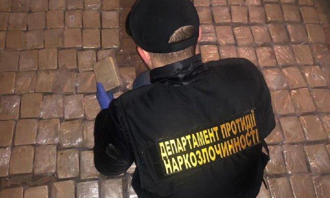 """СБУ в Києві перехопила контрабанду кокаїну: наркоторговця """"спалили"""" на найцікавішому"""