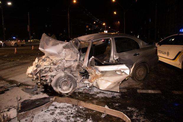Развернуло на 180 градусов, языки пламени превратили авто на факел: ужасное ДТП в Киеве попало на видео