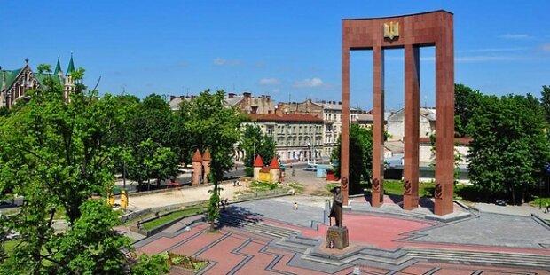 """У Львові засікли Бандеру із серпом та молотом, українці лютують: """"Па*люки і тут є"""""""