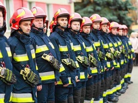 Сотні людей дякують за життя: у Франківську нагородили рятувальників, зворушливі кадри