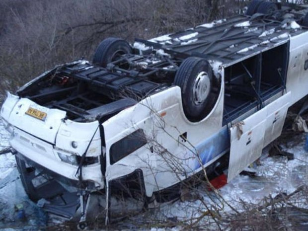 Из-за ненастья в России с дороги сдуло строительный кран и два автобуса