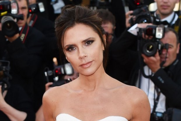 Без макияжа, зато в Tiffany: Виктория Бекхэм в полотенце выгуляла дорогое украшение