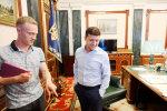 Зарплати в АП: скільки заробила команда Порошенка та Зеленського у травні
