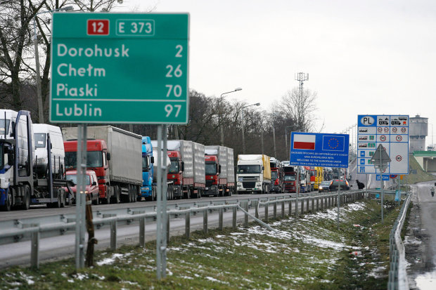 Багатотисячні затори на кордоні не дають українцям повернутися додому: транспортний колапс перетворюється на справжню катастрофу