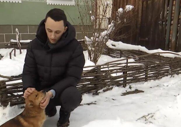 На Львівщині хлопець врятував пса, скріншот із відео