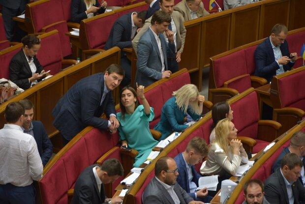 На балкон, попу або груди: куди найчастіше дивляться депутати на роботі