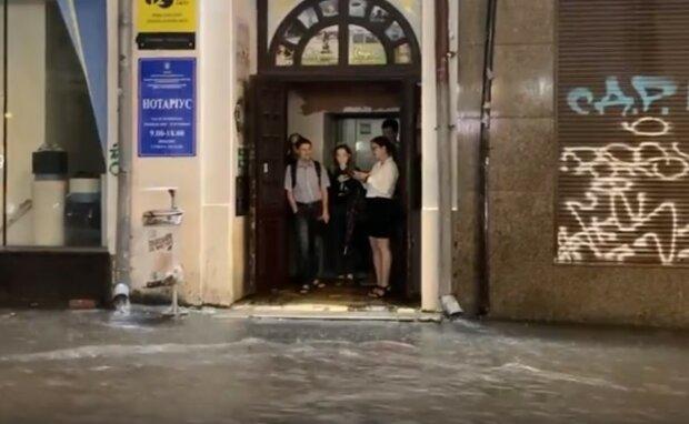 В Харькове общежитие юных летчиков поплыло после дождя - швабры вместо самолетов