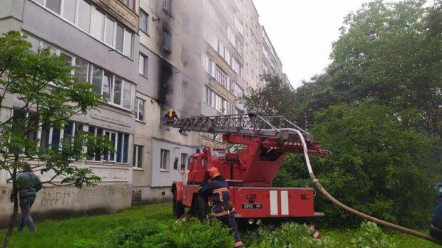 Во Франковске женщину вытащили из пылающей квартиры - жива, но дома нет