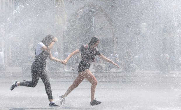 Погода на понеділок: пекельна спека нарешті послабить хватку, але пощастить не всім