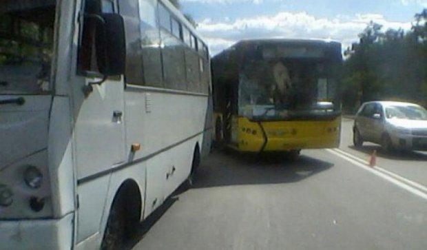 У Києві зіткнулися автобус, маршрутка і вантажний автомобіль (фото)