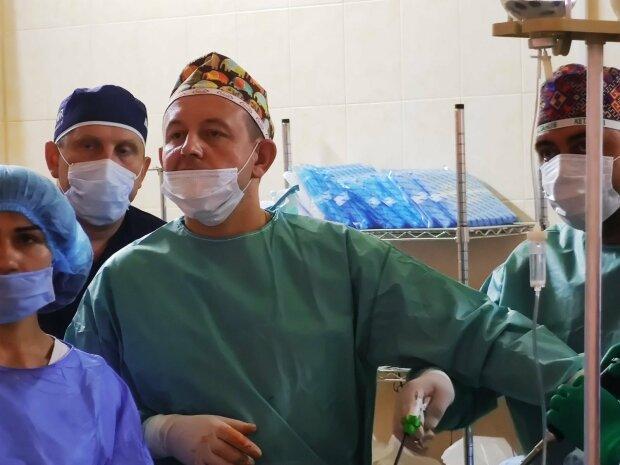 """Тернопільські хірурги врятували жінку зі смертельним """"букетом"""" і перемогли рак"""