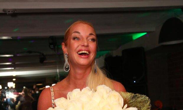 """Insta-звіт з дня народження Анастасії Волочкової: весілля з """"привидом"""", мільйон білих троянд і гості-журналісти"""