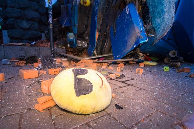 В Києві фура протаранила авто і перекинулася, засипавши Хрещатик цеглою: фото