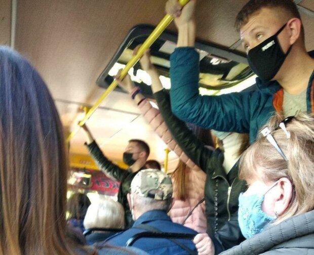 """У Дніпрі маршрутники забивають салон """"оселедцями в бочці"""" - склеєні пасажири """"цілуються"""" у транспорті"""