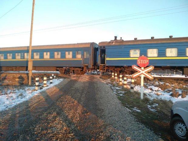 Під Івано-Франківськом переповнений поїзд зійшов з рейок і збив вантажівку