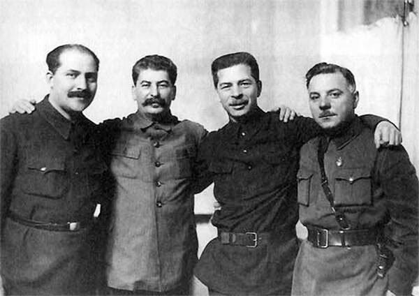 Зліва направо: Лазар Каганович, Йосип Сталін, Павло Постишев і Климент Ворошилов