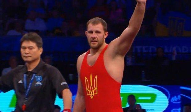 Румынский борец после поражения запрыгнул на украинца со злости (видео)